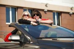 Pares jovenes en un coche Imagen de archivo libre de regalías