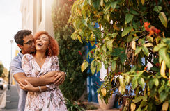 Pares jovenes en un humor romántico al aire libre Foto de archivo