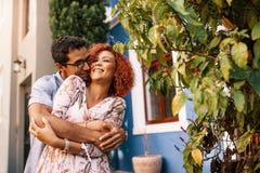 Pares jovenes en un humor romántico al aire libre Fotos de archivo libres de regalías