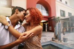 Pares jovenes en un humor romántico hacia fuera en la calle Fotos de archivo libres de regalías