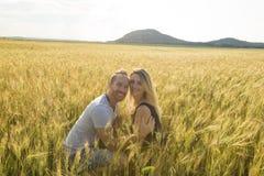 Pares jovenes en un lugar romántico Pares en amor al aire libre en un abarcamiento del campo de trigo Imagen de archivo