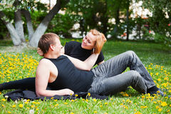 Pares jovenes en un parque de la ciudad Fotos de archivo
