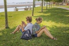 Pares jovenes en un parque de la ciudad Fotografía de archivo