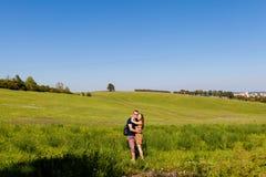 Pares jovenes en un prado de Novy Jicin Fotos de archivo