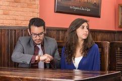 Pares jovenes en un restaurante Imagen de archivo libre de regalías