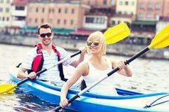 Pares jovenes en una canoa Imagen de archivo
