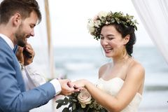 Pares jovenes en una ceremonia de boda en la playa Imagenes de archivo