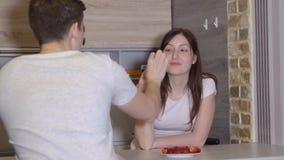 Pares jovenes en una tabla con el vino y las fresas Tarde romántica metrajes