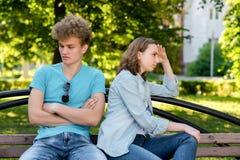 Pares jovenes en verano en parque al aire libre Problemas en vida familiar El concepto de malentendido es una desconfianza de Fotos de archivo