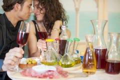 Pares jovenes en restaurante Imagen de archivo libre de regalías