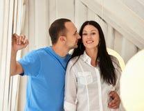 Pares jovenes encendido en amor en casa, colocándose Fotografía de archivo