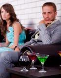 Pares jovenes enfadados en barra o club de noche Fotografía de archivo libre de regalías