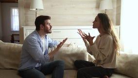 Pares jovenes enojados enojados que discuten la lucha de grito en casa metrajes