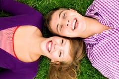Pares jovenes felices Fotos de archivo