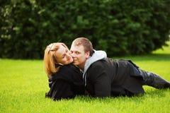 Pares jovenes felices Imagen de archivo libre de regalías