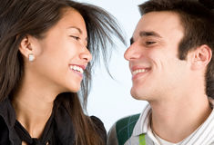Pares jovenes felices Foto de archivo libre de regalías