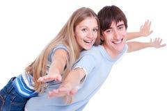 Pares jovenes felices aislados en blanco Foto de archivo