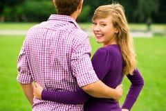 Pares jovenes felices al aire libre Imágenes de archivo libres de regalías