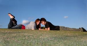 Pares jovenes felices al aire libre Imagen de archivo libre de regalías