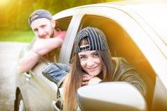 Pares jovenes felices, amigos que hacen el selfie mientras que se sienta en coche Adultos jovenes Gente caucásica Concepto de tra Imagen de archivo libre de regalías
