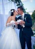 Pares jovenes felices apenas casados Imágenes de archivo libres de regalías