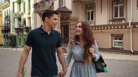 Pares jovenes felices de la datación en el amor que camina en ciudad almacen de video