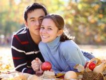 Pares jovenes felices en amor Foto de archivo