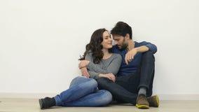 Pares jovenes felices en amor almacen de metraje de vídeo