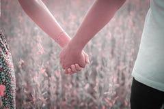 Pares jovenes felices en amor al aire libre Imagen de archivo