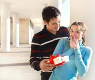 Pares jovenes felices en amor con el presente Fotografía de archivo libre de regalías