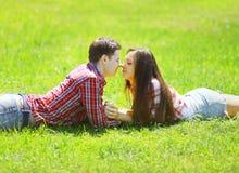 Pares jovenes felices en amor en la hierba Foto de archivo