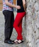 Pares jovenes felices en amor en la pared de piedra Imagen de archivo libre de regalías