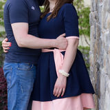 Pares jovenes felices en amor en la pared de piedra Fotos de archivo libres de regalías