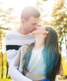 Pares jovenes felices en besarse del amor Al aire libre fecha Relación cariñosa de los pares foto de archivo
