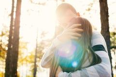 Pares jovenes felices en besarse del amor El parque al aire libre fecha Pares cariñosos imagen de archivo libre de regalías