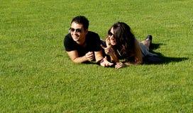 Pares jovenes felices en campo Fotos de archivo libres de regalías