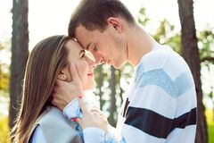 Pares jovenes felices en el abrazo del amor El parque al aire libre fecha Pares cariñosos fotografía de archivo