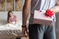 pares jovenes felices en el amor asombrosamente con los regalos Imágenes de archivo libres de regalías