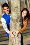 Pares jovenes felices en el amor que se divierte en el parque Fotografía de archivo libre de regalías
