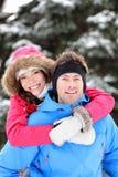 Pares jovenes felices en invierno Imagenes de archivo