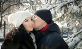 Pares jovenes felices en invierno Fotos de archivo libres de regalías