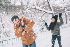 Pares jovenes felices en invierno Familia al aire libre hombre y mujer que parecen ascendentes y risa Amor, diversión, estación y Fotografía de archivo libre de regalías