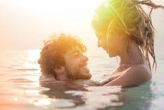 Pares jovenes felices en la playa Fotografía de archivo libre de regalías