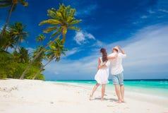 Pares jovenes felices en la ropa blanca que camina por la playa maldives Fotografía de archivo