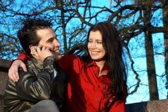 Pares jovenes felices en parque Imagen de archivo libre de regalías