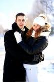 Pares jovenes felices en parque del invierno Imagen de archivo libre de regalías
