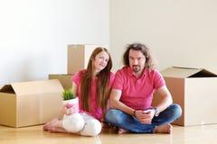 Pares jovenes felices en su nuevo hogar imagenes de archivo