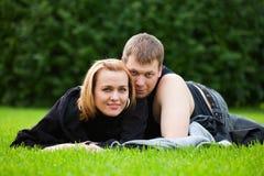 Pares jovenes felices en un parque Fotografía de archivo