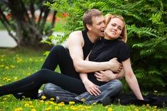 Pares jovenes felices en un parque de la ciudad Imagenes de archivo