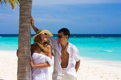 Pares jovenes felices en una playa Foto de archivo libre de regalías